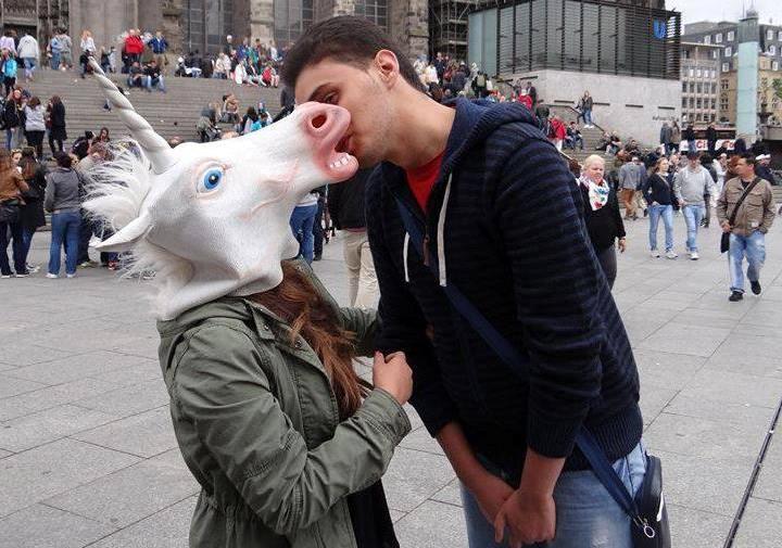 عيد العناق و القبلة في الجزائر
